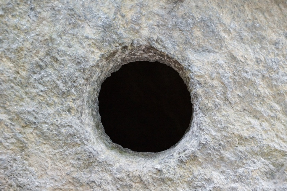 hole-366755_1280.jpg